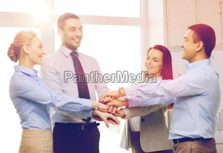 equipo de negocios celebrando la victoria