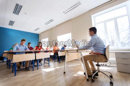 estudiantes y profesor con tablet pc