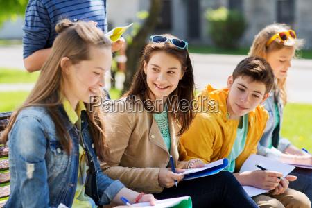 grupo de estudiantes con cuadernos en