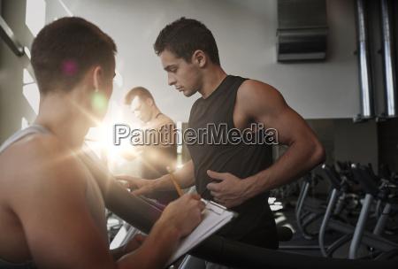 hombres haciendo ejercicio en la cinta
