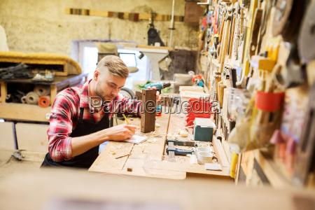 carpintero que trabaja con el tablon