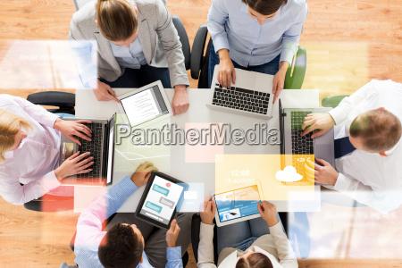 equipo de negocios con ordenadores portatiles
