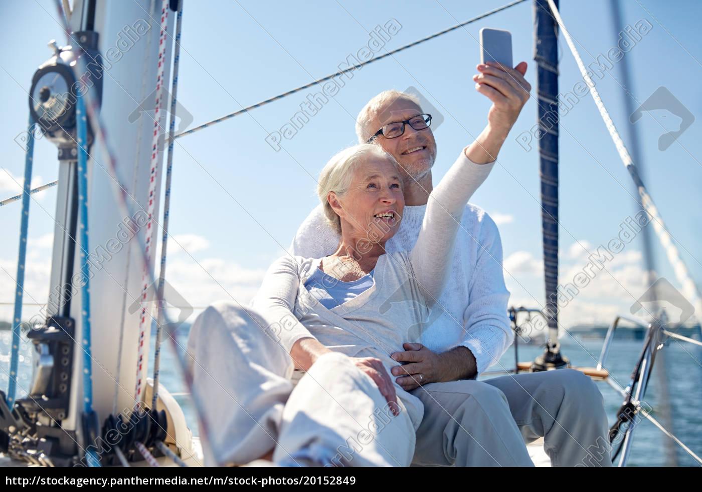 personas, mayores, con, teléfono, inteligente, tomando - 20152849