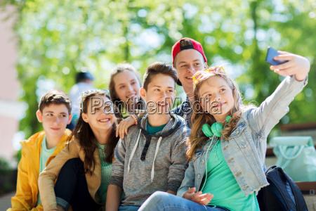 estudiantes adolescentes felices tomando selfie por
