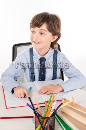 colegial haciendo la tarea
