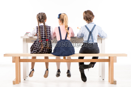escolares que estudian en el escritorio