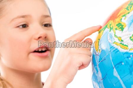 feliz colegiala explorando el globo
