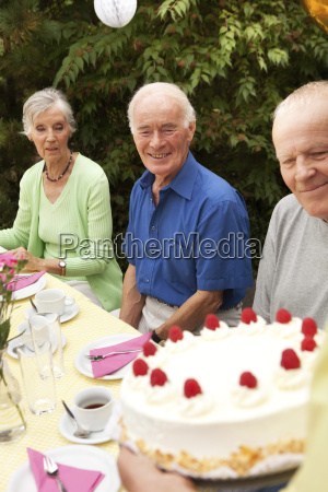 mujer madura que sirve el pastel