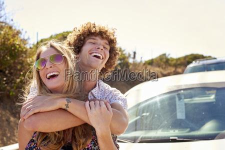 pareja despreocupada abrazando al aire libre