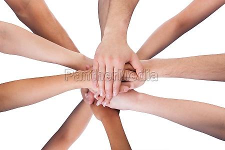 grupo de limpiadores apilando manos