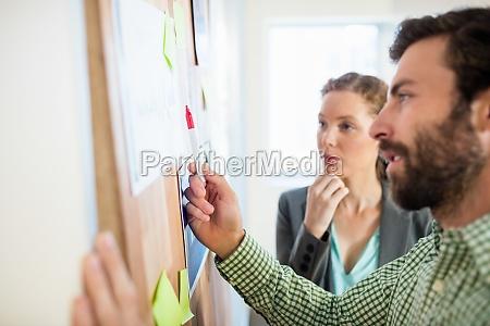 gente de negocios reflexiva