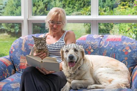 mujer de mediana edad esta leyendo