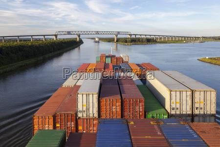 buque contenedor en el canal nord