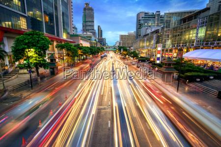 calle ocupada al anochecer llena de