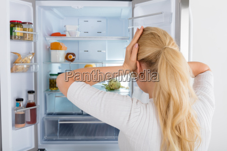 mujer mirando dentro de la nevera