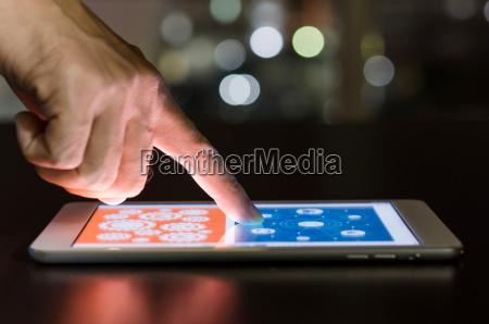 pantalla tactil con el dedo en