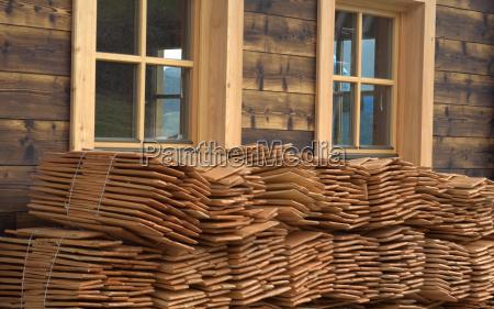 madera nuevo edificio guijarros de viaje
