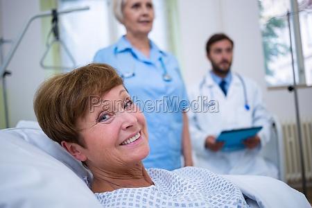 retrato de paciente sonriente acostado en