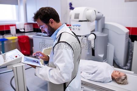 medico mujer trabajo medicinal femenino masculino