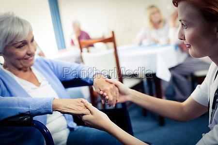 enfermera que cuida de una mujer