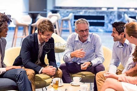 gente de negocios discutiendo en la