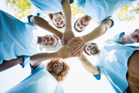 grupo de voluntarios que forman huddles