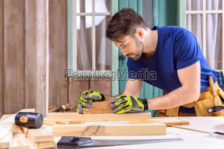 vista lateral del carpintero en guantes