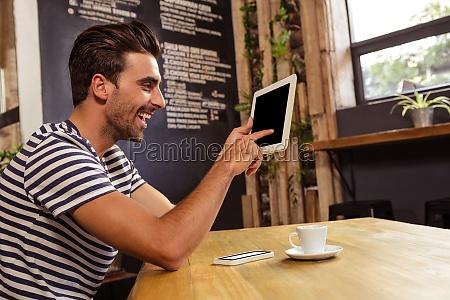 joven usando tableta digital en la
