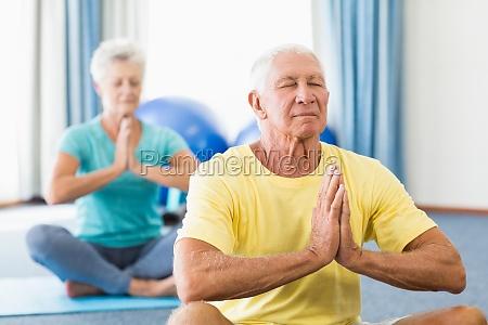 personas mayores que realizan yoga