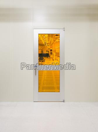 una puerta a una habitacion limpia