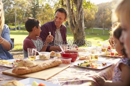 dos familias que tienen un picnic