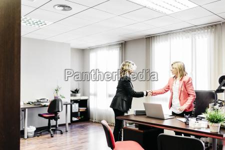 oficina mano manos apreton de manos