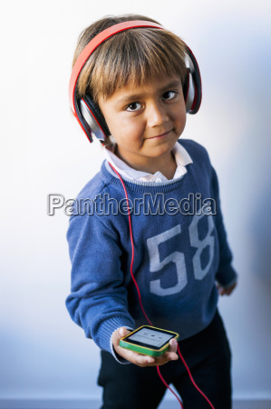 pequenyo ninyo escuchando musica de su