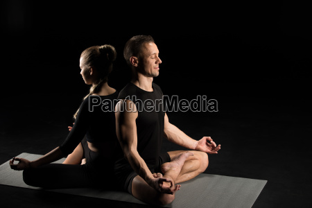hombre y mujer meditando