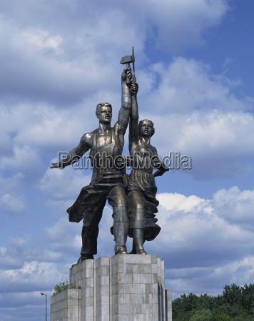 estatua del trabajador y mujer de