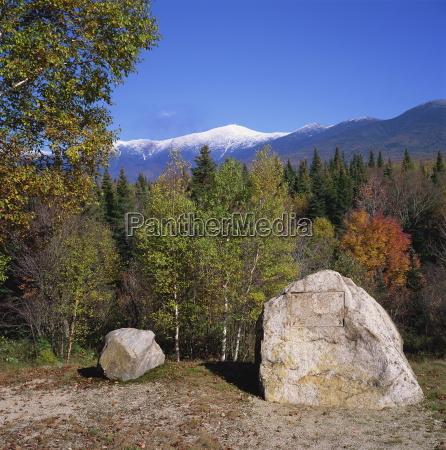 piedra grande con placa removido en