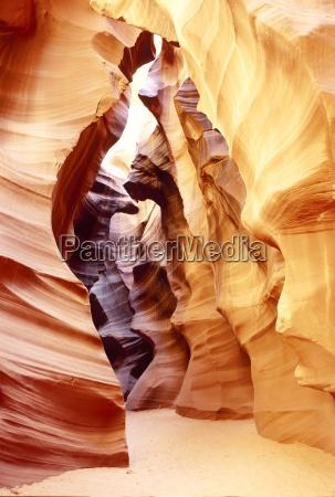 roca coloreada en la formacion de