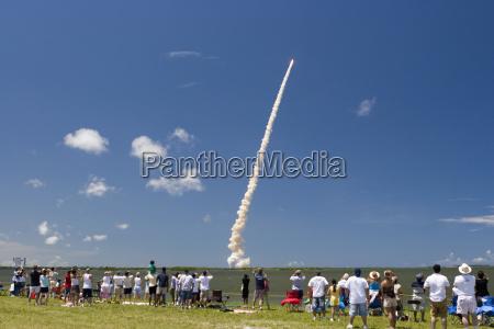 multitud ve el lanzamiento del transbordador