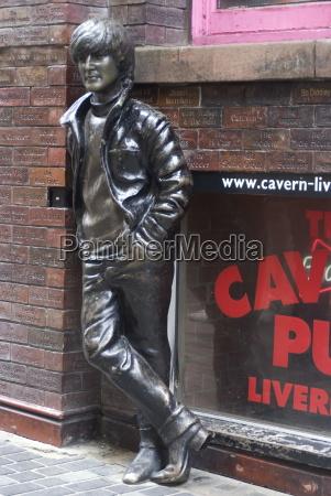 estatua de john lennon cerca del