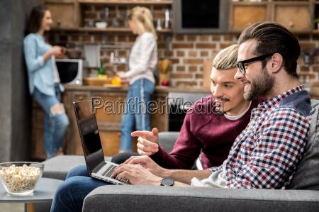 amigos que usan un ordenador portatil
