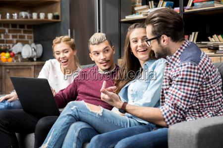 amigos jovenes charlando
