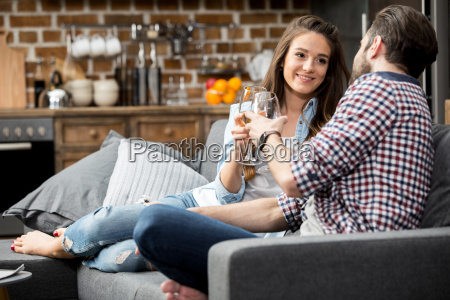 pareja joven bebiendo vino mientras esta