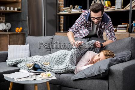 chica se durmio en el sofa