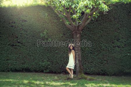chica en el jardin con una