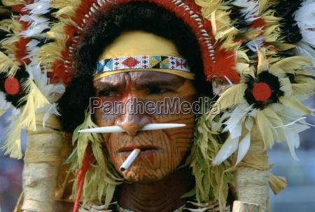 un cigarrillo entre los labios coincide