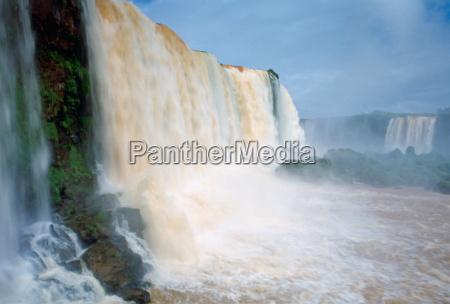 el agua tronando sobre las cataratas