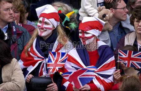patriotas entusiastas que llevan banderas de