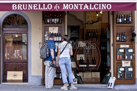 couple shopping at brunello di montalcino