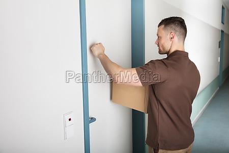 delivery man golpeando la puerta