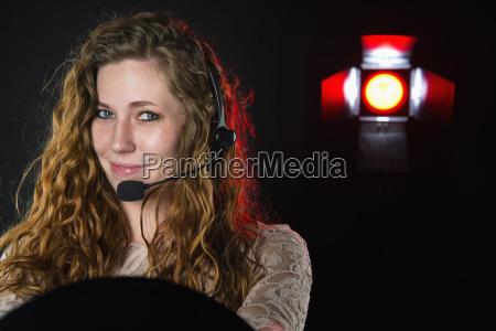 mujer joven con auriculares sonriendo de